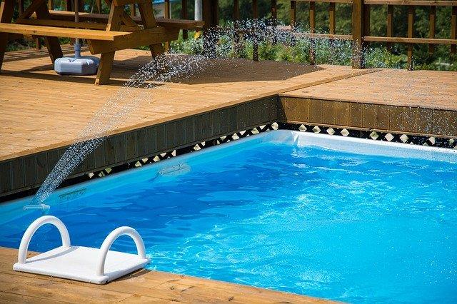 dřevěné obležení bazénu
