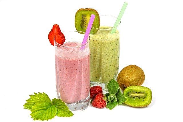 ovocné koktejly s brčky