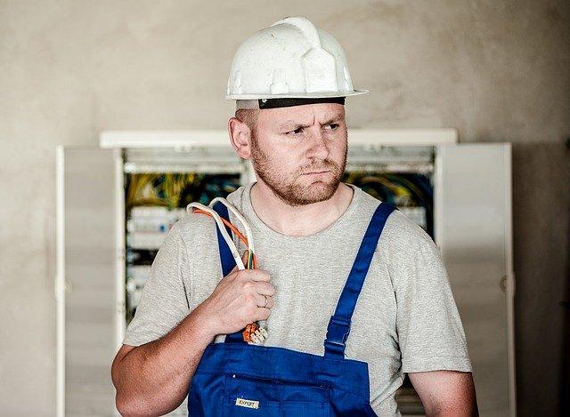 elektrikář s kabely
