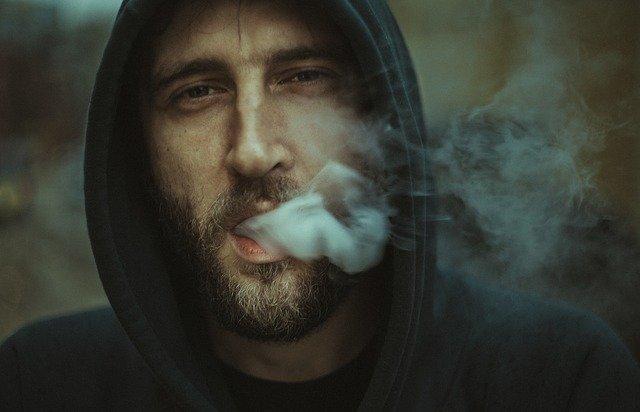 kouřící chlap