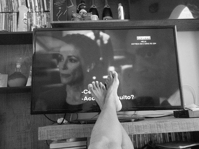 nohy u obrazovky