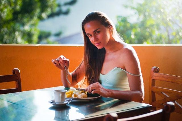 štíhlá dívka obědvá zdravé jídlo