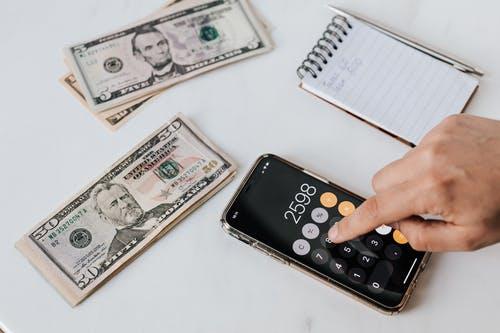 kalkulačka bloček a ruka